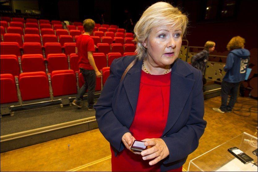 DUELL: Debatten på NRK1 fra Litteraturhuset med duell mellom statsminister Jens Stoltenberg og Høyres leder (på bildet) Erna Solberg. Dette er tatt etter sending. Foto: FRODE HANSEN / VG