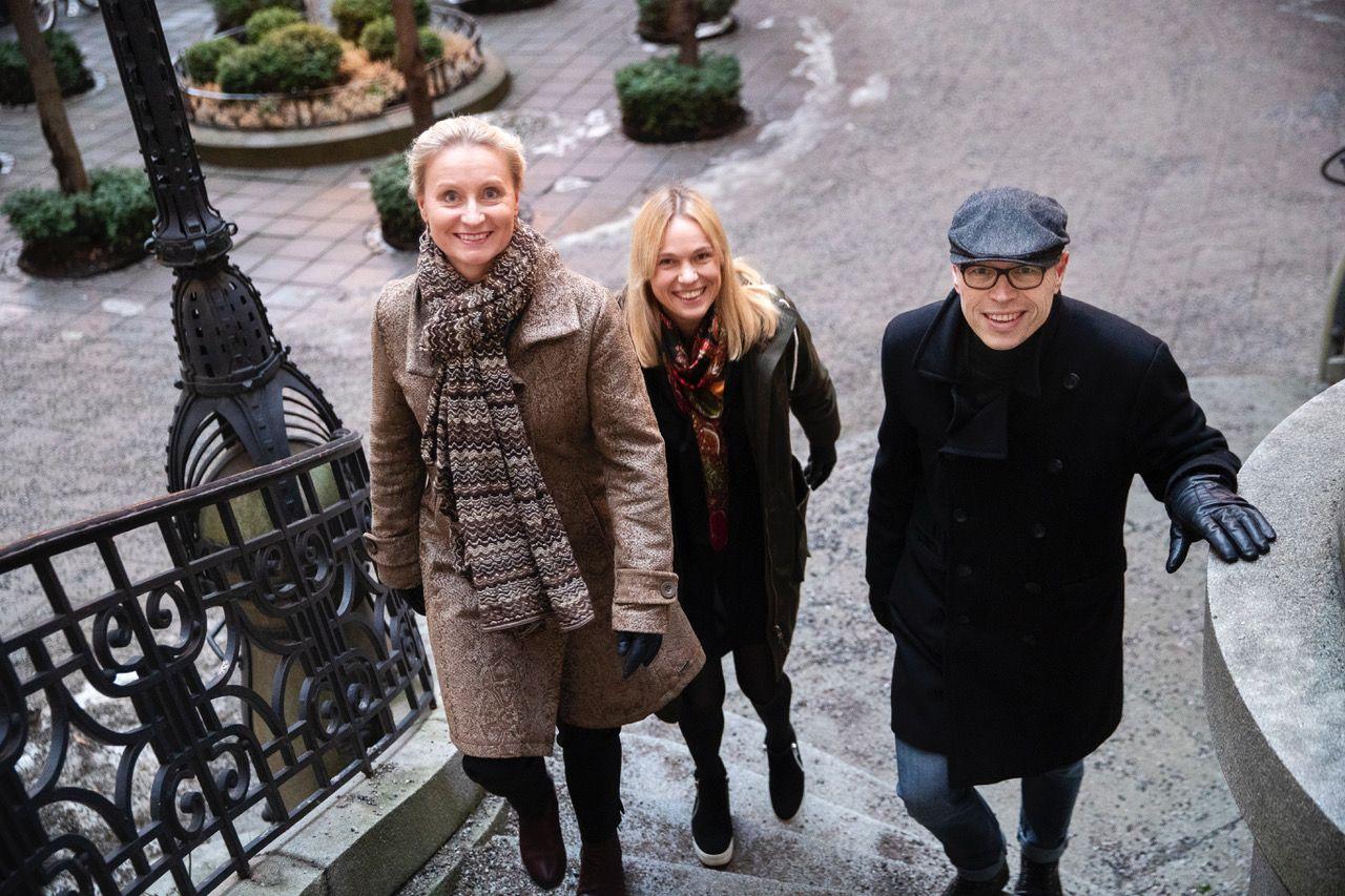 SVENSKE JORDBÆR: Karin Linge Nordh (f.v), Sara Lindegren,  og Anders Sjöqvist går fra toppstillinger i det svenske forlaget Forum -for å starte en svensk avdeling av Strawbery publishing.