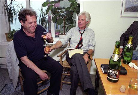 RADARPAR: Her skåler forsvarer Arne Haugestad og den spiondømte Arne Treholt etter at benådningssøknaden ble innvilget i 1992. Foto: Bo Mathisen