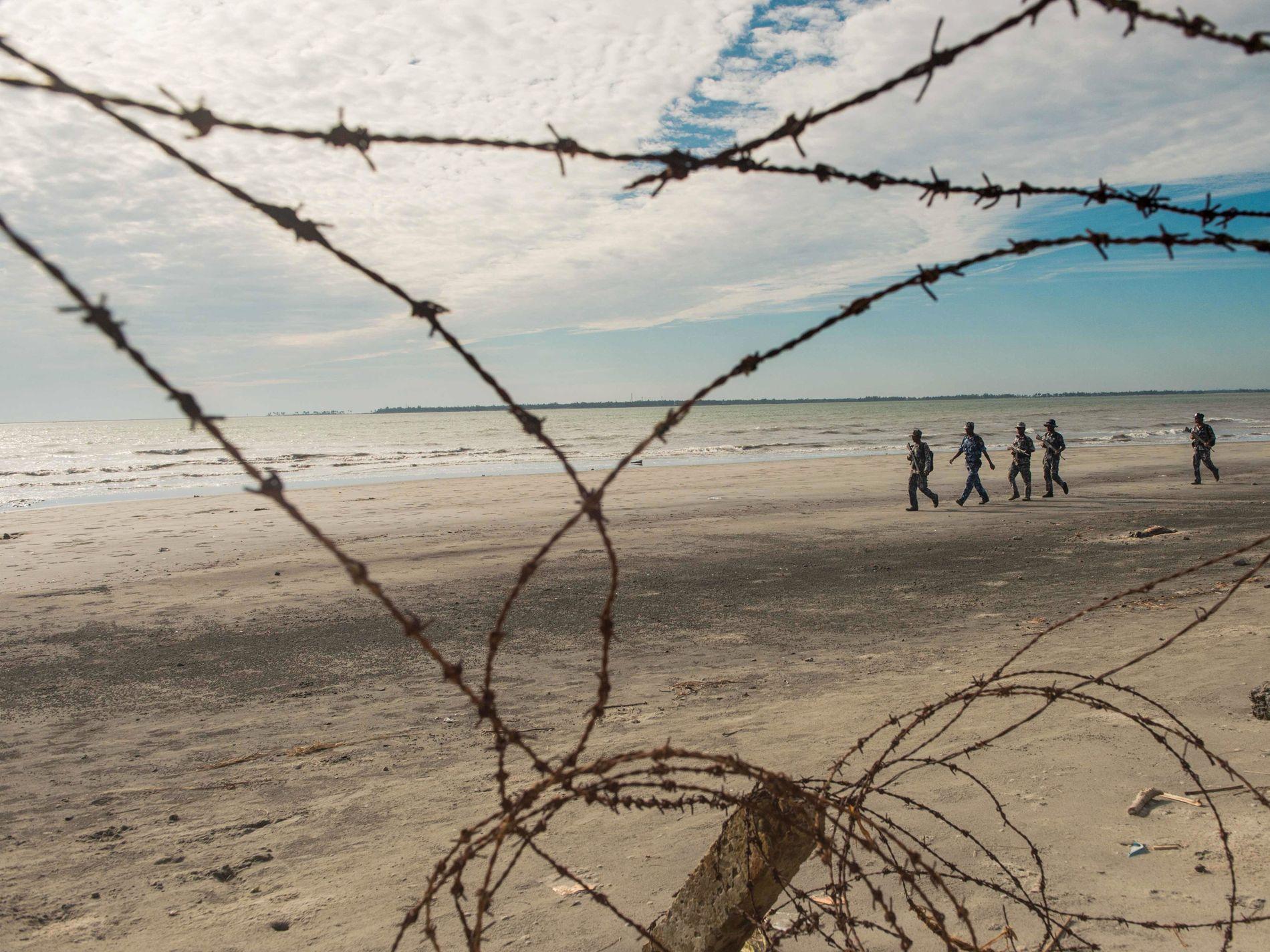 Politiet patruljerer grensen mellom Myanmar og Bangladesh. Siden 25. august har nesten 700 00 rohingyaer flyktet fra Myanmar til Bangladesh.