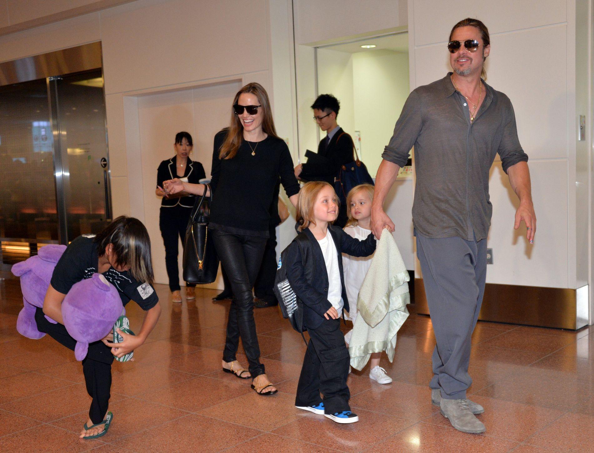 GLADE DAGER: Angelina Jolie og Brad Pitt med tre av barna i Japan i 2013, før de to skilte lag.