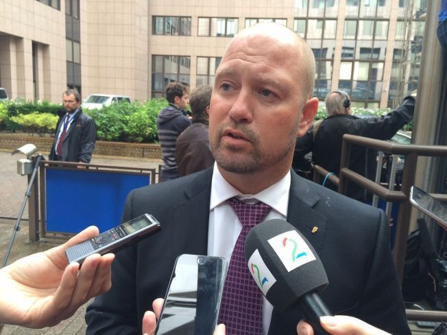 VURDERER GRENSEKONTROLL: Justisminister Anders Anundsen møter journalister under toppmøtet i Brussel mandag. Han vil holde et innlegg under møtet som skal klargjøres Norges holdning til flyktningkrisen Europa nå opplever.