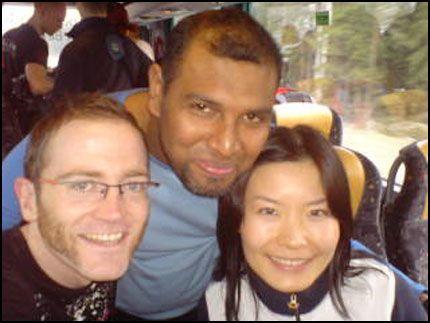 BOMTUR: Cédric, Anees og Ling Ling på vei i bussen opp til Rena sammen med de andre Birkebeinerne i går. De sendte dette MMS-bilde til VG Nett. I dag ble Birkebeinerrennet avlyst. Foto: Privat