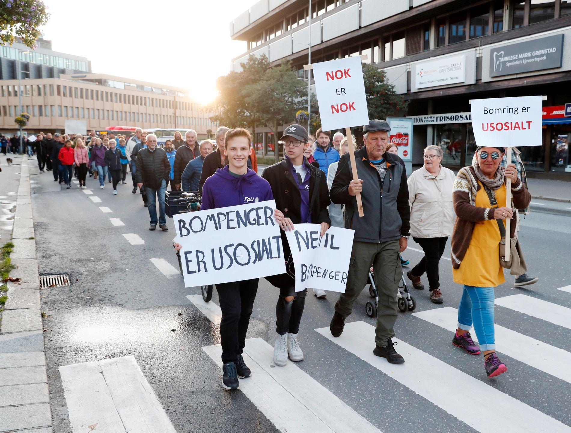 AKSJON: Høsten 2018 har det vært flere store bompengedemonstrasjoner i Norge. Her går demonstranter gjennom Fredrikstad i en markering mot bomringen der i september.