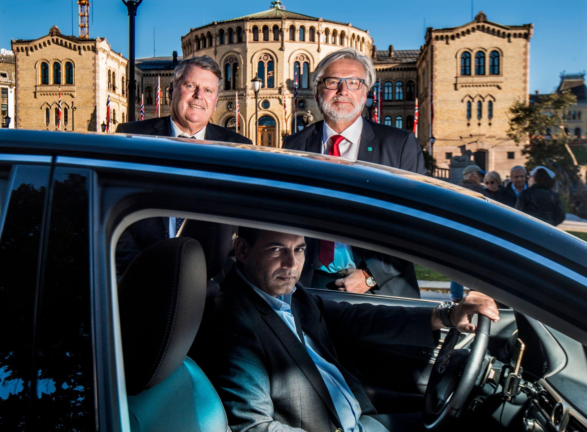 UBER-VILLIGE: KrFs Hans Fredrik Grøvan (foran) og Venstres Jon Gunnes ved en Uber Black foran Stortinget mandag ettermiddag, med Uber-sjåfør Tahir Abbas bak rattet. De foreslår et Uber-kompromiss.