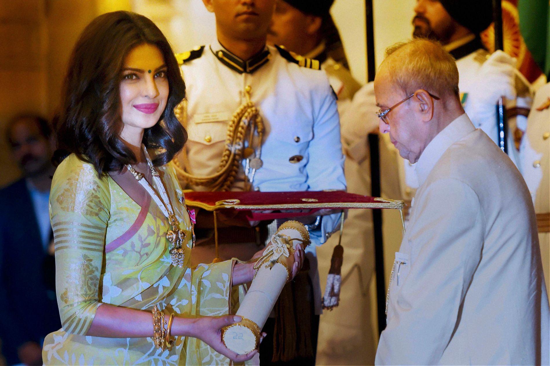 PRISVINNER: Skuespilleren mottar en Padma Shri-pris, den fjerde høyeste æren en sivil person kan motta i India, fra den indiske presidenten Pranab Mukherjee i New Dehli i april.