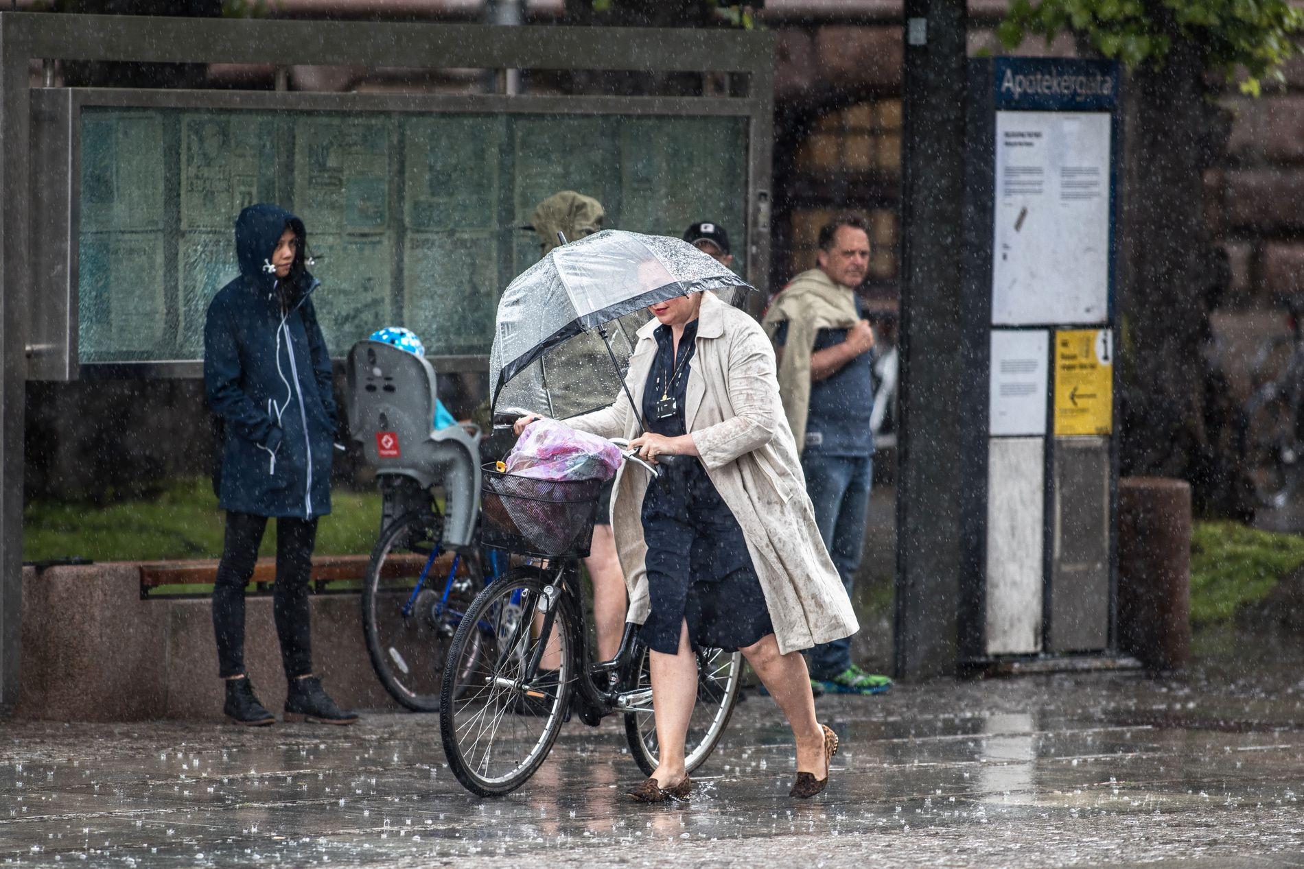 JUNIREGN: Slik var situasjonen i juni for ett år siden – det høljet ned over et sommerlig Oslo 13. juni.