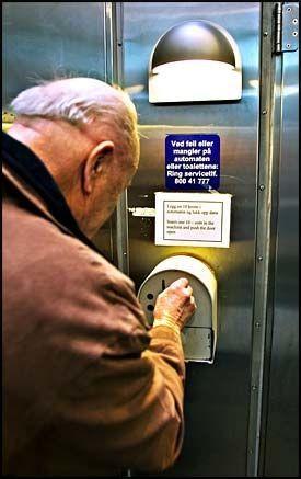 DYRERE PÅ DO: Foreløpig holder det med en tier på myntautomaten utenfor toalettene på Oslo S, men fra 1. mars skal det beregnes moms. Foto: GISLE ODDSTAD