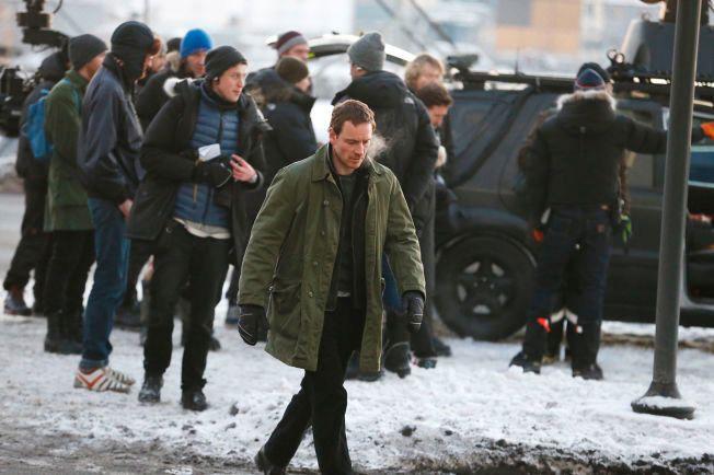 FROSTRØYK OG POLVOTTER: Michael Fassbender hadde det atskillig kaldere på filminnspilling i Oslo i forrige uke.