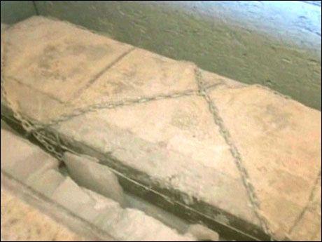 MINUS HUNDRE GRADER: I denne kisten overstrødd med tørris ligger Bredo Morstøl. Foto: ABC World News