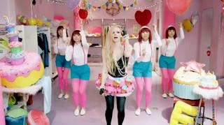 HALLO KATT: En Billboard-kritiker kalte videoen for «[ ...] en raspende øreorm som presser Gwen Stefanis Japan-fetisjering inn i en enda mer usømmelig pakke».