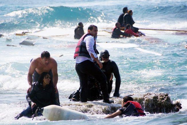 DØDSFLUKTEN: Redningsarbeidere jobber febrilsk for å få i land overlevende båtflyktninger, etter at en båt sank utenfor Rhodos 20 april. Tre personer døde i tragedier, inkludert et lite barn.