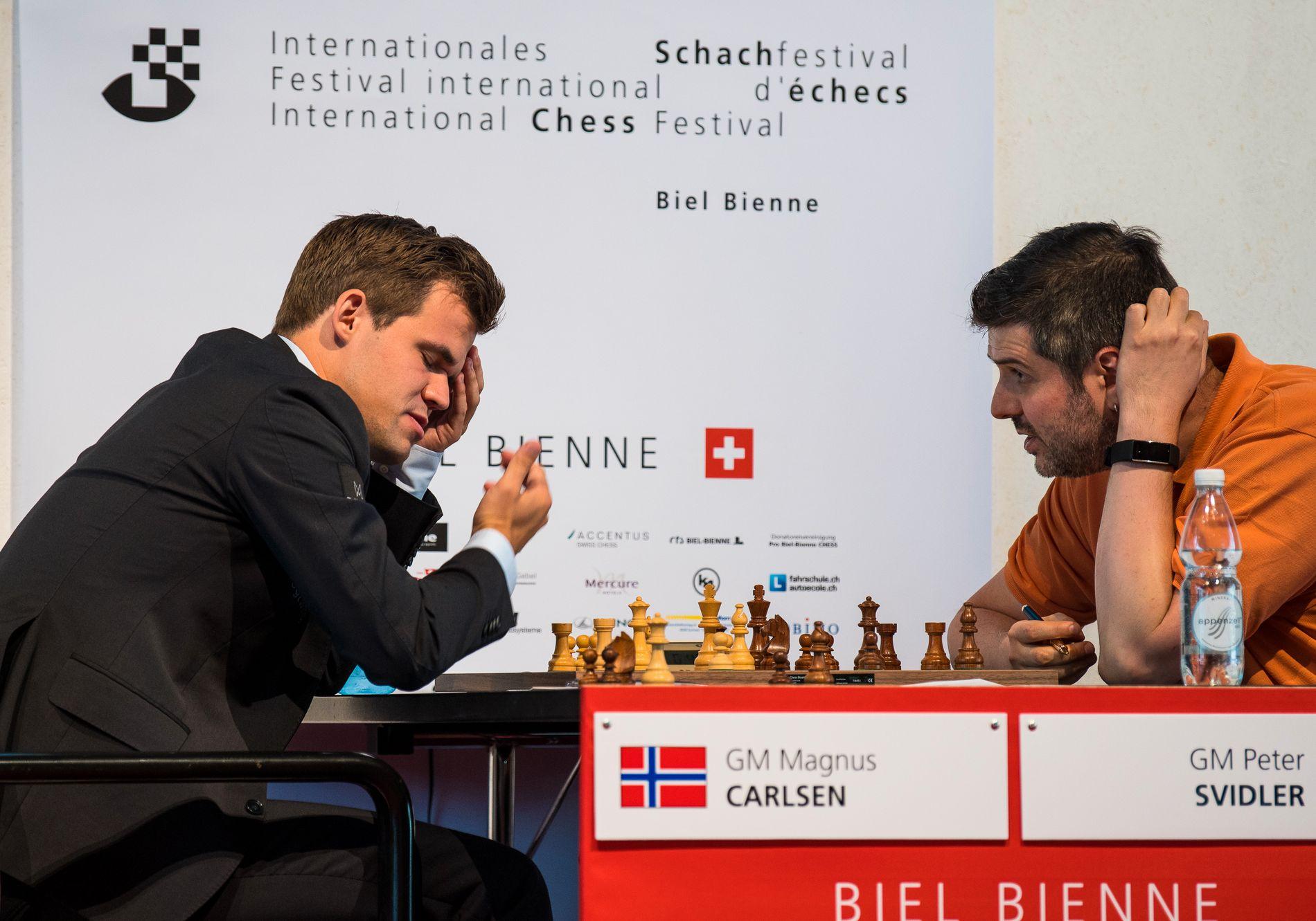 DISKUTERTE: Magnus Carlsen og Peter Svidler snakket lenge om partiet etter at de hadde spilt remis tirsdag.