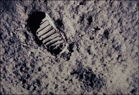 VIL VERNE: Donna Edwards og Eddie Bernice Johnson vil med et nytt lovforslag frede Apollo-astronautenes fotspor på månen. Foto: NASA