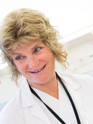 KJEMPET FOR BENTE: - Hun er helt rå, sier kreftpasient Bente S. Berg om seksjonsoverlege Ingvil Mjaaland ved Stavanger Universitetssykehus. Da Bentes brystkreft spredte seg, tok hun det helt nye medikamentet Perjeta i bruk. Det har fungert svært godt for Bente.