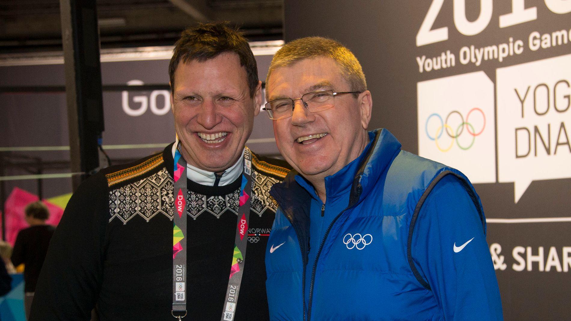 STØTTER IOC: Tom Tvedt er fornøyd med avgjørelsen IOC-president Thomas Bach (t.h.) og styret kom med i dag. Her er de avbildet under ungdoms-OL i Lillehammer i 2016.