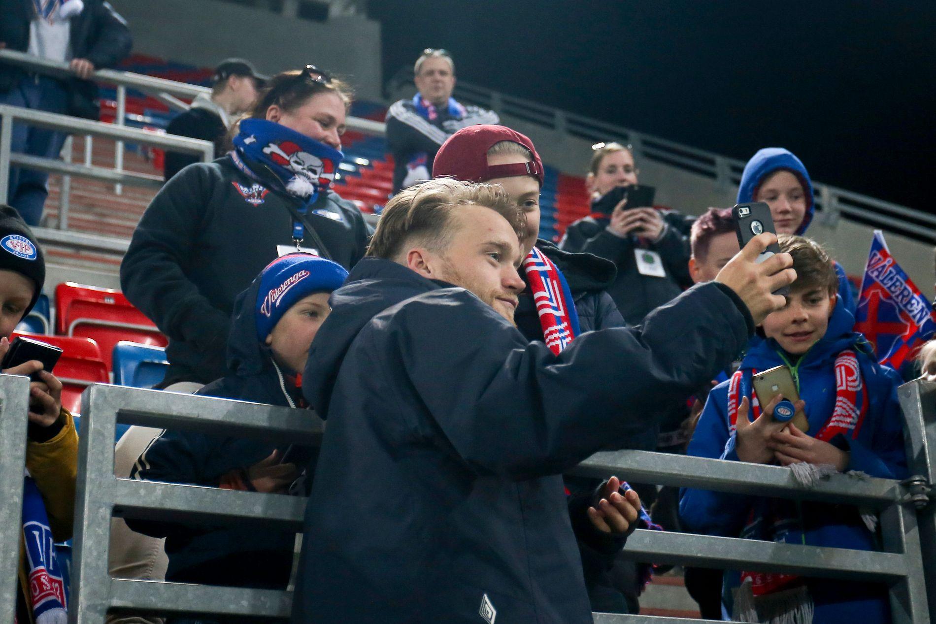 SELFIE-BÅRD: Fansen liker åpenbart Bård Finne. Her stiller han opp på selfies etter seieren over Tromsø.