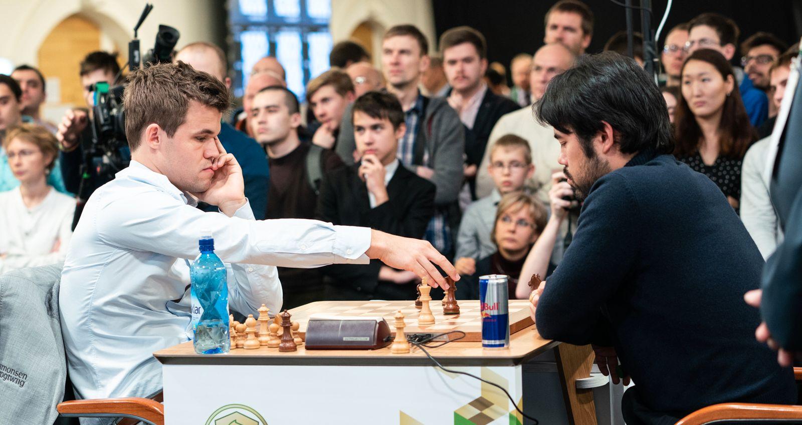STAPPFULLT: Ikke overraskende er det stor interesse for romjulens VM i hurtig- og lynsjakk i St. Petersburg. Her spiller Magnus Carlsen og Hikaru Nakamura det 15. og siste hurtigsjakkpartiet fredag.