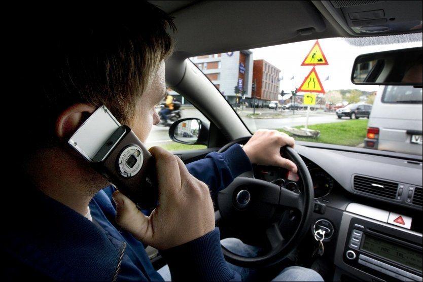 KREFTFARE?: Italiensk høyesterett har slått fast at mobilbruk kan lede til kreft. Verdens helseorganisasjon tror også at det kan være en sammenheng mellom mobiltelefonbruk og kreft. Bildet er tatt ved en annen anledning. FOTO: NTB SCANPIX