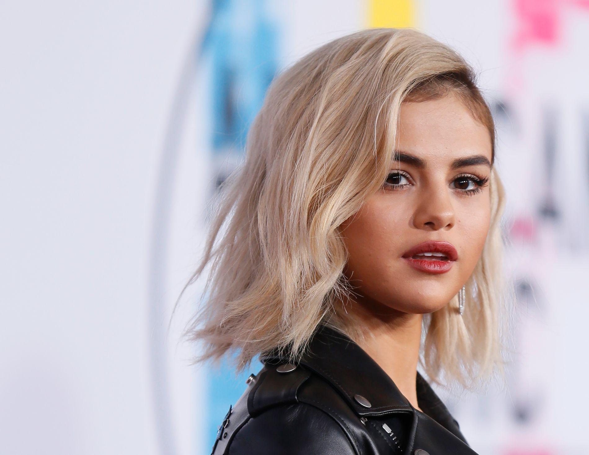 NY LOOK: Selena Gomez stilte med korte, blonde lokker på American Music Awards i Los Angeles i november.