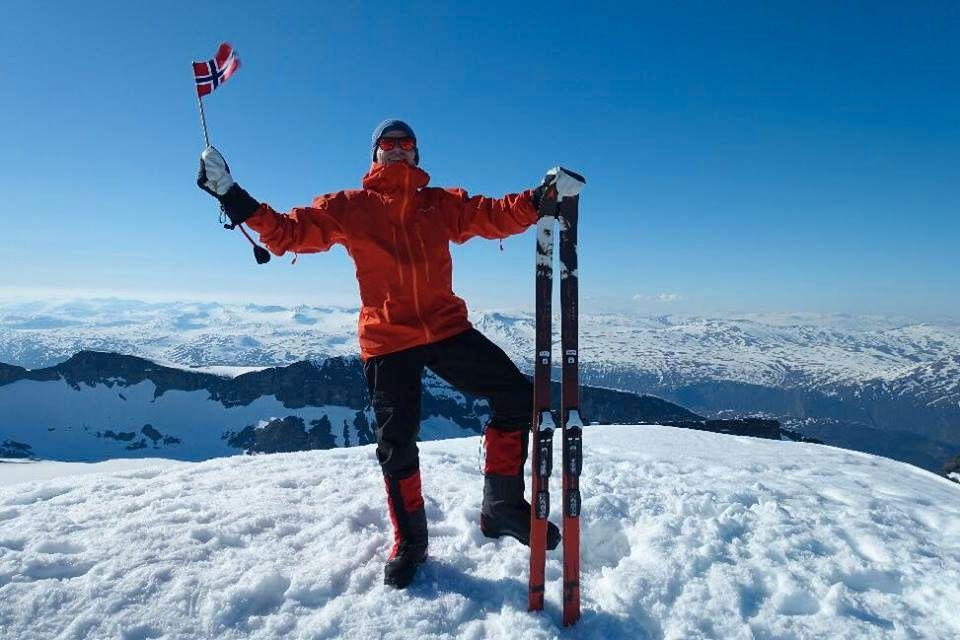 HURRA: Marius Fuglestad kunne ta seg en velfortjent pause etter at han besteg Norges høyeste fjell på selveste nasjonaldagen.
