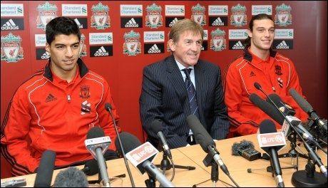 NY DUO: Her presenterer Liverpool og manager Kenny Dalglish sitt nye spisspar, Luis Suarez og Andy Carroll. Foto: Afp