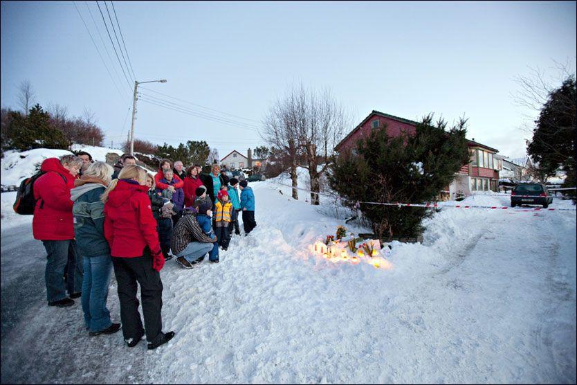 MINNESTUND: Naboer, venner og bekjente tente lys til minne om faren (35) og gutten (8) som ble funnet død i Haugesund mandag. Foto: Alf Ove Hansen
