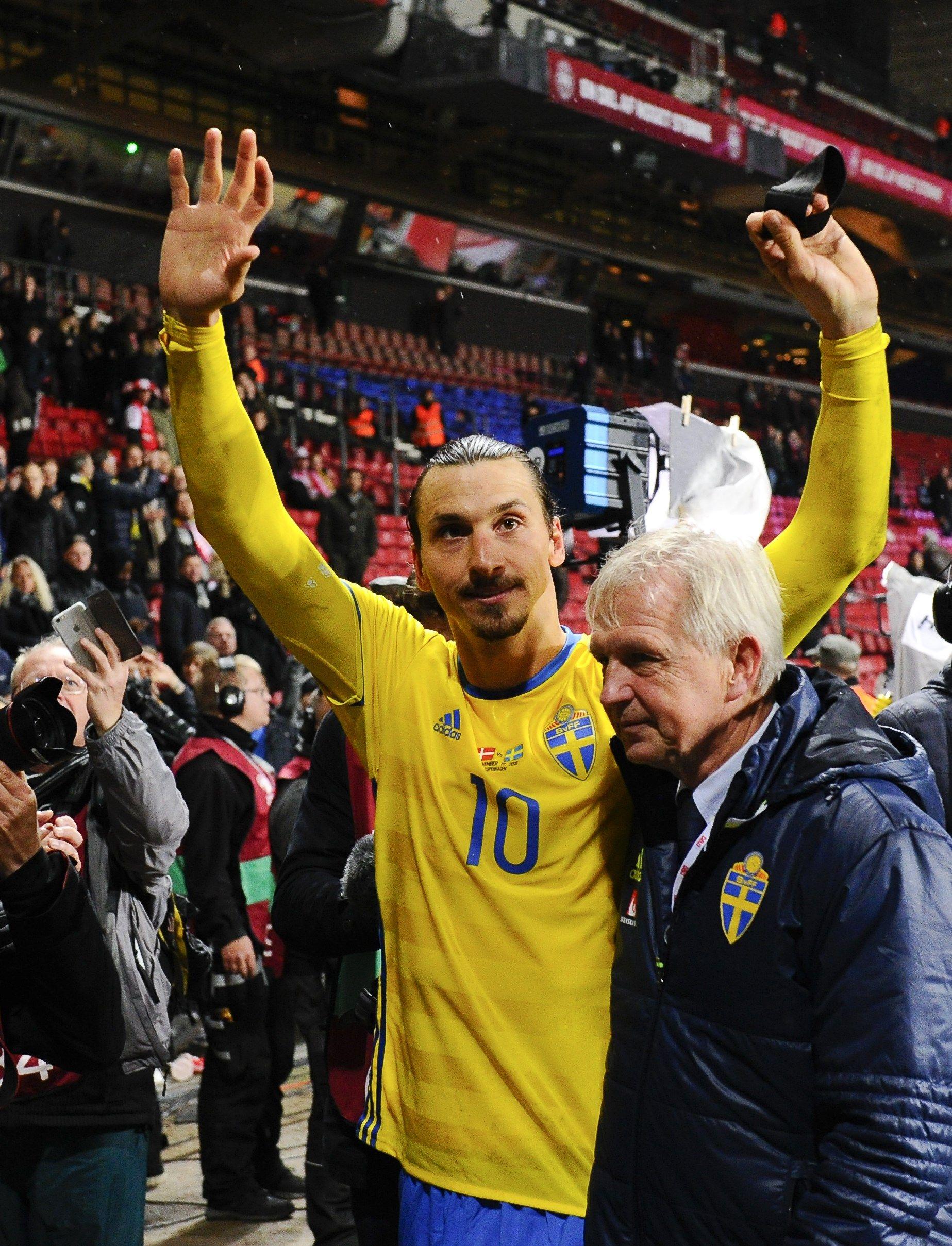 HVOR GÅR VEIEN? Svenskenes store stjerne Zlatan står uten klubb foran neste sesong, men sier selv at «han har tatt valget» angående hvor han skal spille. Manchester United er et av lagene som nevnes hyppigst av pressen.