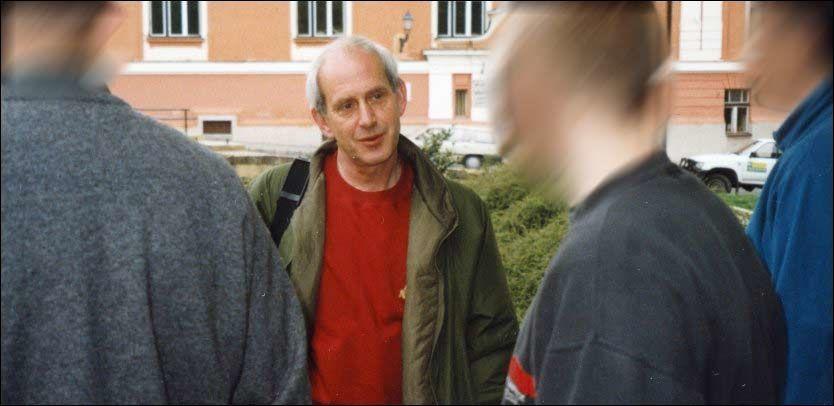 «DEN GRÅ» I ARBEID: På dette unike bildet fra 1990 instruerer Ola Kaldager tre av sine spioner. Kaldager bygde opp og ledet den hemmelige organisasjonen E 14. Foto: Privat