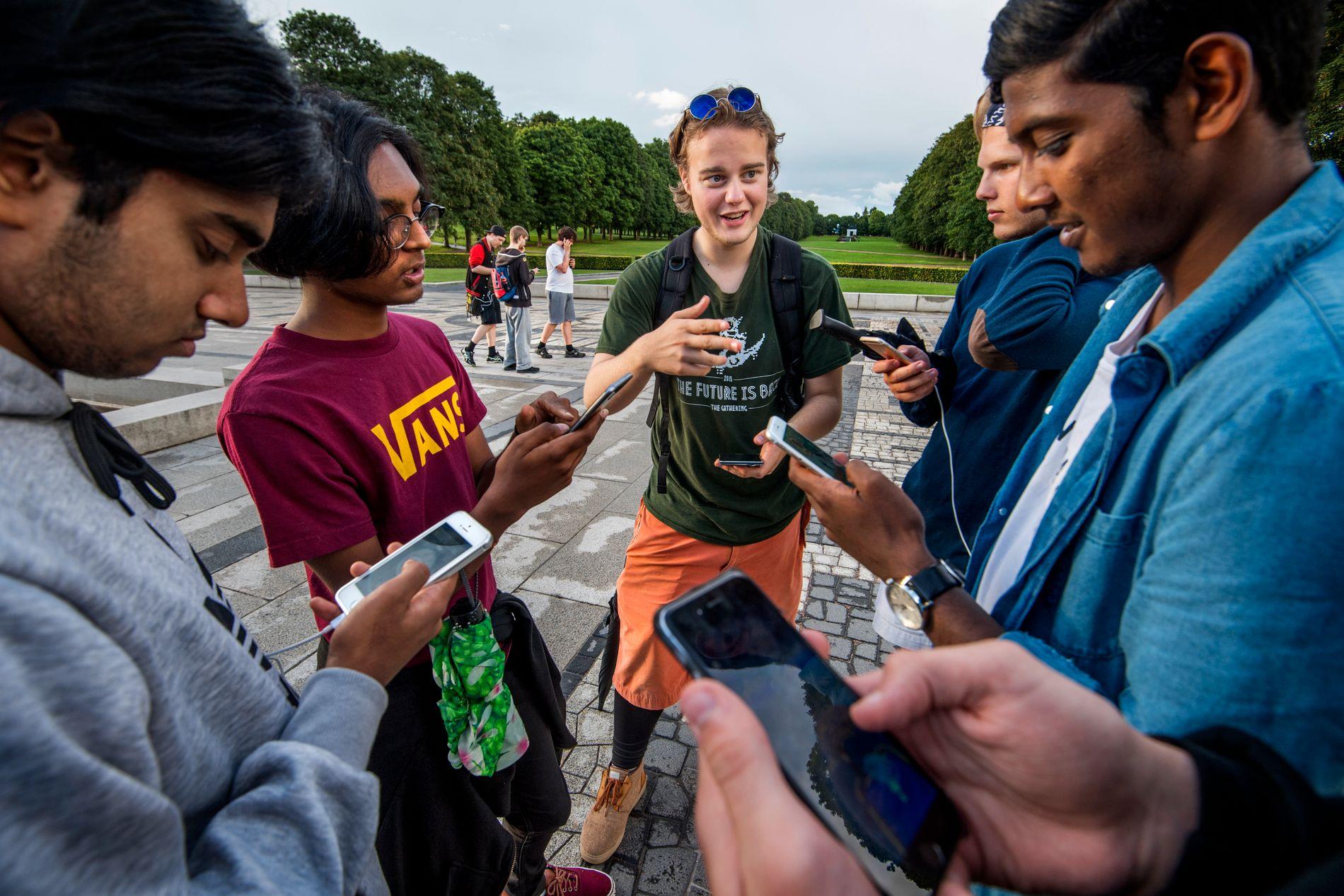 FANG POKÈMON: Kameratgjengen fra Oslo dro samlet på Pokémon jakt i Frognerparken. Are (19) Aron Snell (19) Aadsaiy (18) Jesper (17) Terje (19) Jeremy Croos (19) Squirtle - vann Pokemon ved fontenen i Frognerparken.