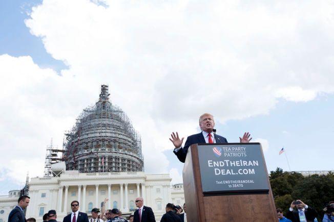 I FYR OG FLAMME: Donald Trump brukte som vanlig harde gloser mot Obama-administrasjonen i protesten utenfor Kongressen onsdag.