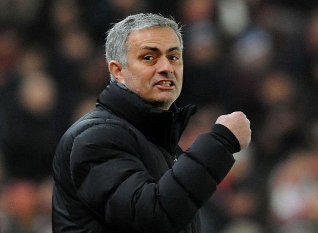 FEIRER PÅ TOPPEN: Chelsea topper Premier League før det verste julekjøret starter i Premier League. Manager Jose Mourinho, som her gestikulerer fornøyd underveis i 2-0-seieren mot Stoke, lover at spillerne skal få kose seg litt med julen før morgendagens kamp mot West Ham.