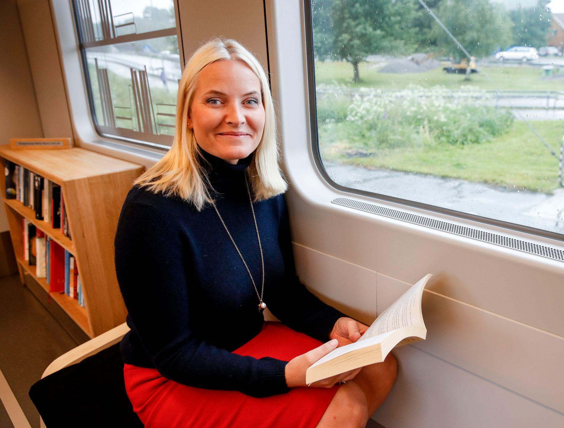 TYSK LITTERATURTOG: Kronprinsesse Mette-Marit tar med seg kjente norske forfattere på litteraturtog i Tyskland før bokmessen i Frankfurt der Norge i år er hovedland.