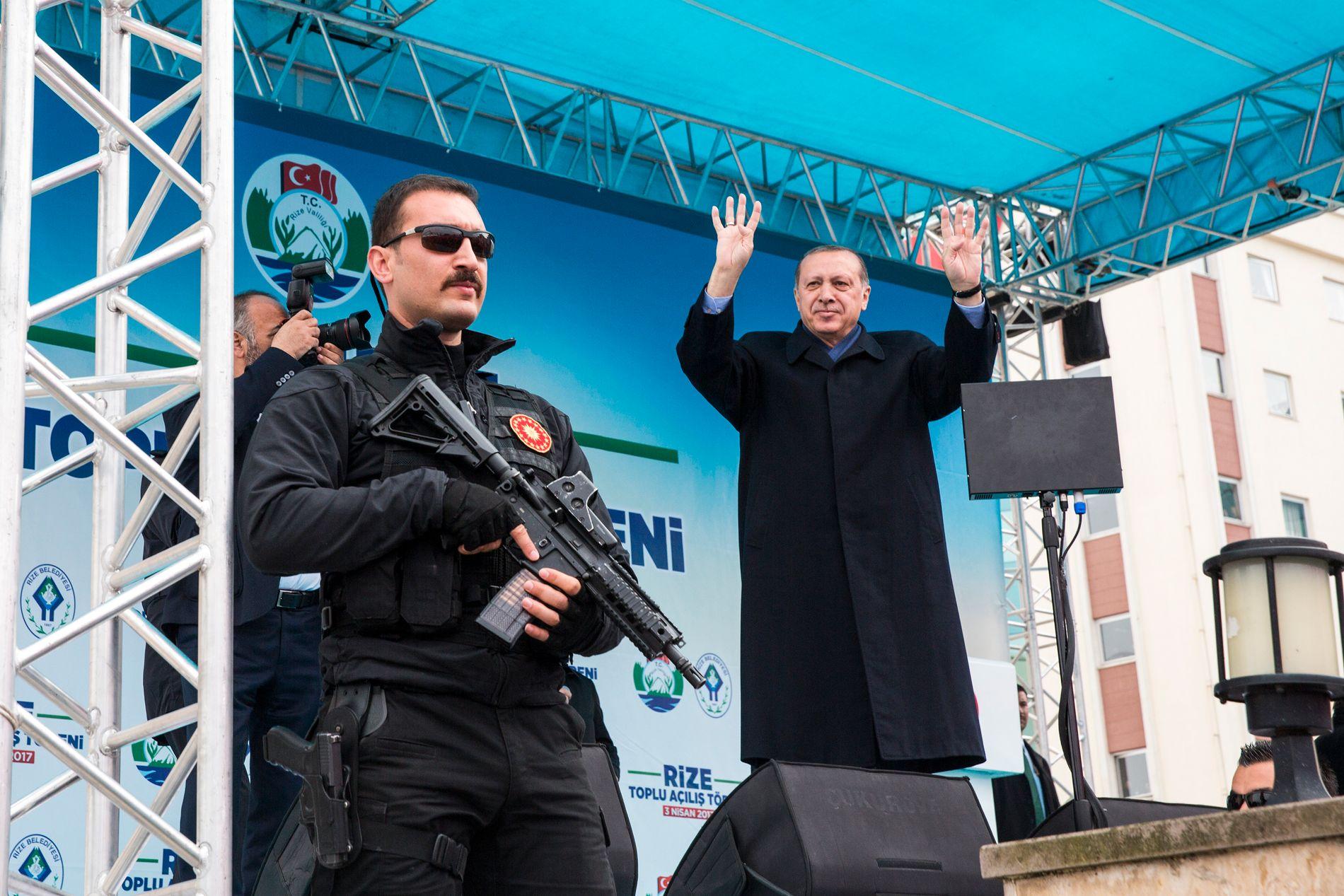 PÅ HJEMMEBANE: På torget i hjembyen Rize samler president Recep Tayyip Erdogan sine tilhengere for å overtale dem til å stemme ja til omstridte grunnlovsendringer som vil gi ham mer makt.