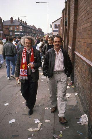 FOTBALLVENNER: Forfatterne Dag Solstad (t.v.) og Jon Michelet i Liverpool på fotballtur i 1990. De har sammen gitt ut flere fotballbøker.