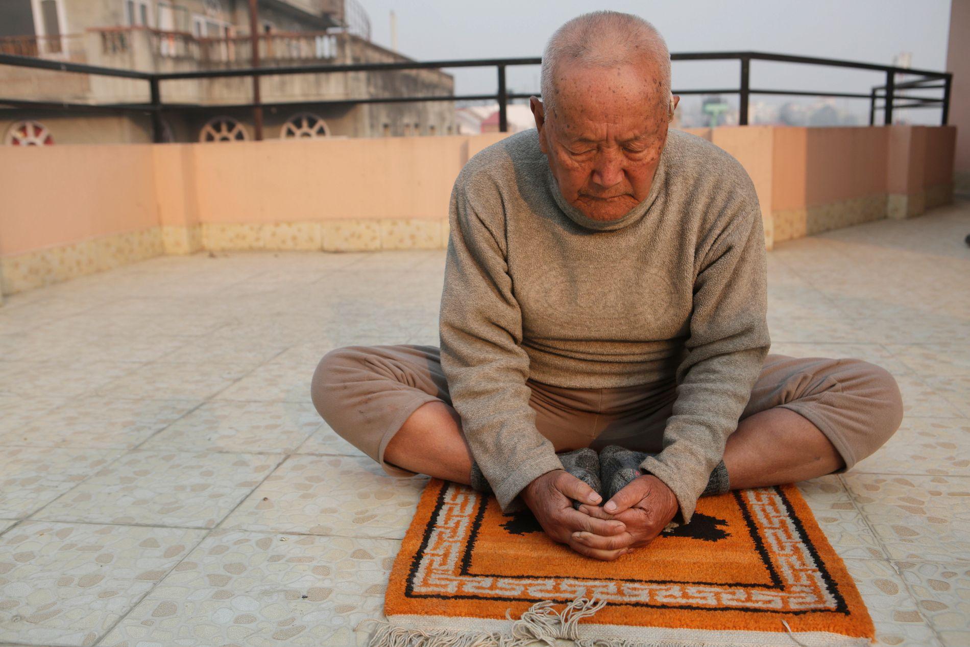 HÅPER Å NÅ TOPPEN: 85-årige Sherchan har planer om å stå på toppen av Mount Everest neste måned. Første gang han besteg fjellet var han 76 år gammel.