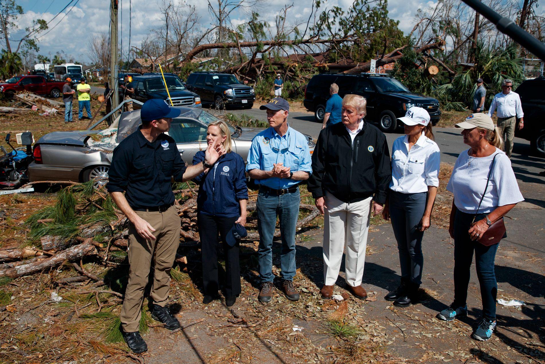 MED PRESIDENTEN: Rick Scott (nummer tre fra venstre) her sammen med blant annet president Donald Trump etter at orkanen Micahel rammet Florida i oktober.