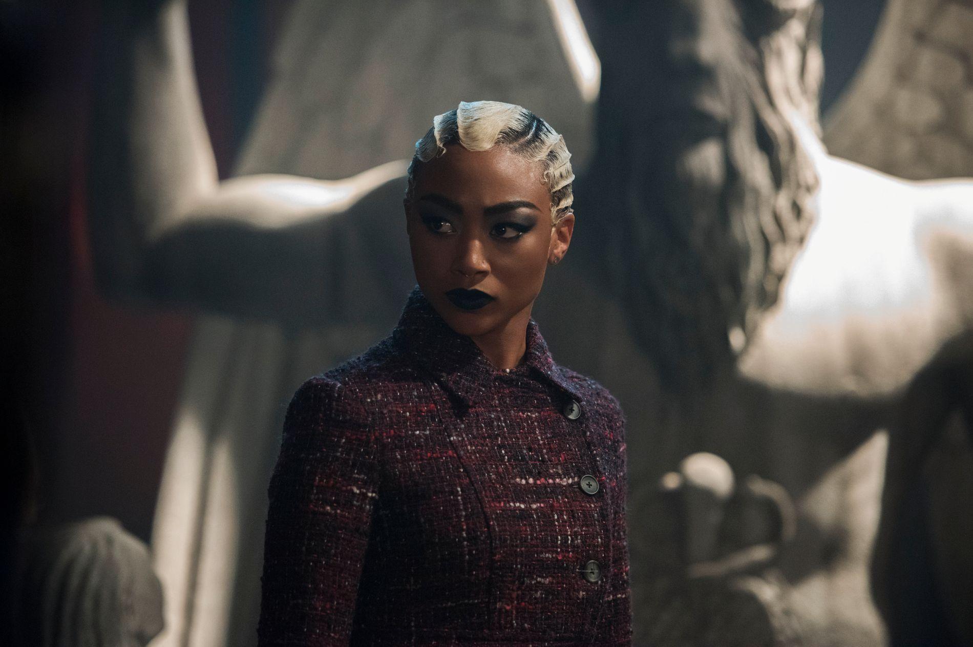 STRIDENS KJERNE: Skuespiller Tati Gabrielle i rollen som Prudence Night foran statuen som det nå krangles om.