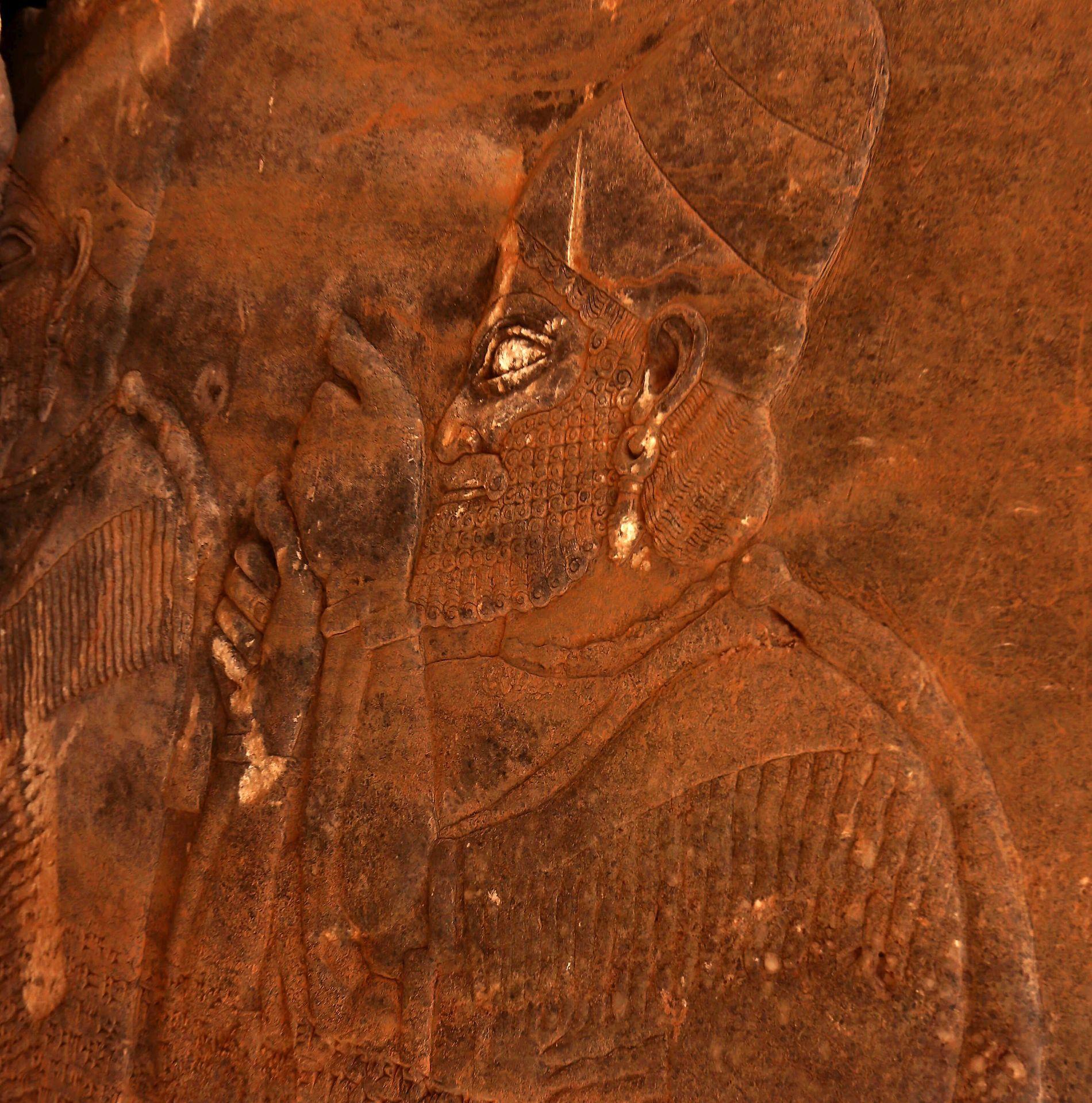 HAKKET VEKK ØYNENE: Et assyrisk veggmaleri i Nimrud er vandalisert av IS.