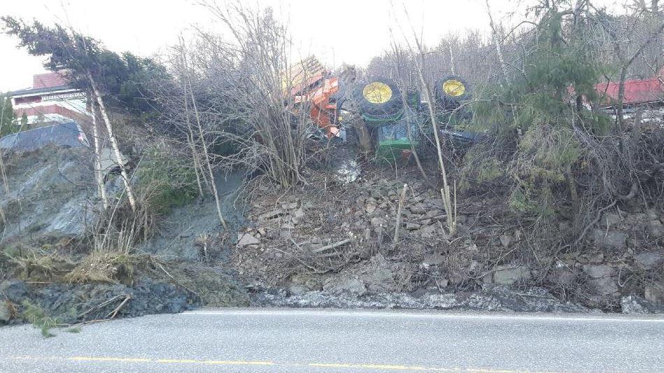 KJØRETØY: Flere anleggskjøretøy er skadet i jordraset. Foto: DRAMMENSREGIONENS BRANNVESEN IKS