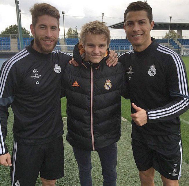 VELKOMMEN: Sergio Ramos og Cristiano Ronaldo tok imot 16-åringen på treningsfeltet.