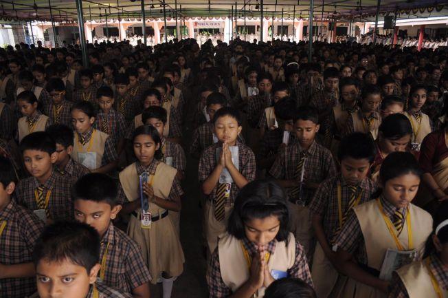 KINA, DU MÅ VAKNE, INDERNE KJEM!: Indiske skolebarn avbildet under en bønneseremoni i byen Agartala i Tripura-provinsen tirsdag.