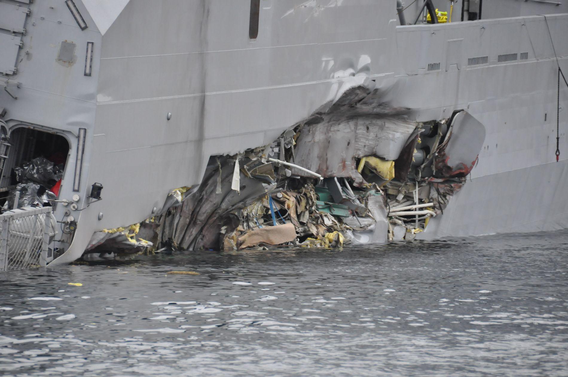 FLENGE: KNM «Helge Ingstad» fikk en stor flenge på siden etter kollisjonen med «Sola TS». Professor i marin teknikk ved NTNU, Jørgen Amdahl, tviler på at flengen har skyld i at skipet tok inn mye vann og la seg på siden.