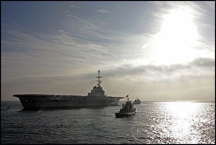 SLEPES TILBAKE: «Clemenceau» sendes ikke til India for opphugging likevel. Etter halvannen måned på sjøen, kalles skipet nå tilbake. Foto: Reuters