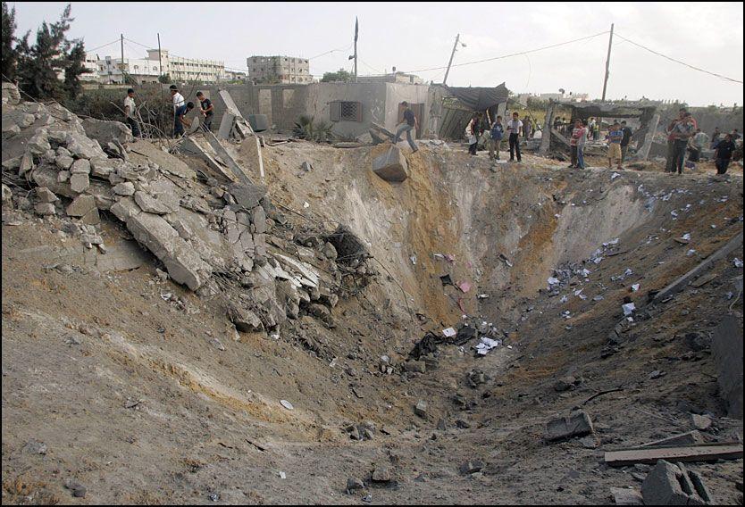 FULLTREFFER: Et krater står igjen i landsbyen Beit Lahiya nord på Gazastripen etter et israelsk flyangrep mot det som hevdes å ha vært en Hamas-base. Foto: REUTERS