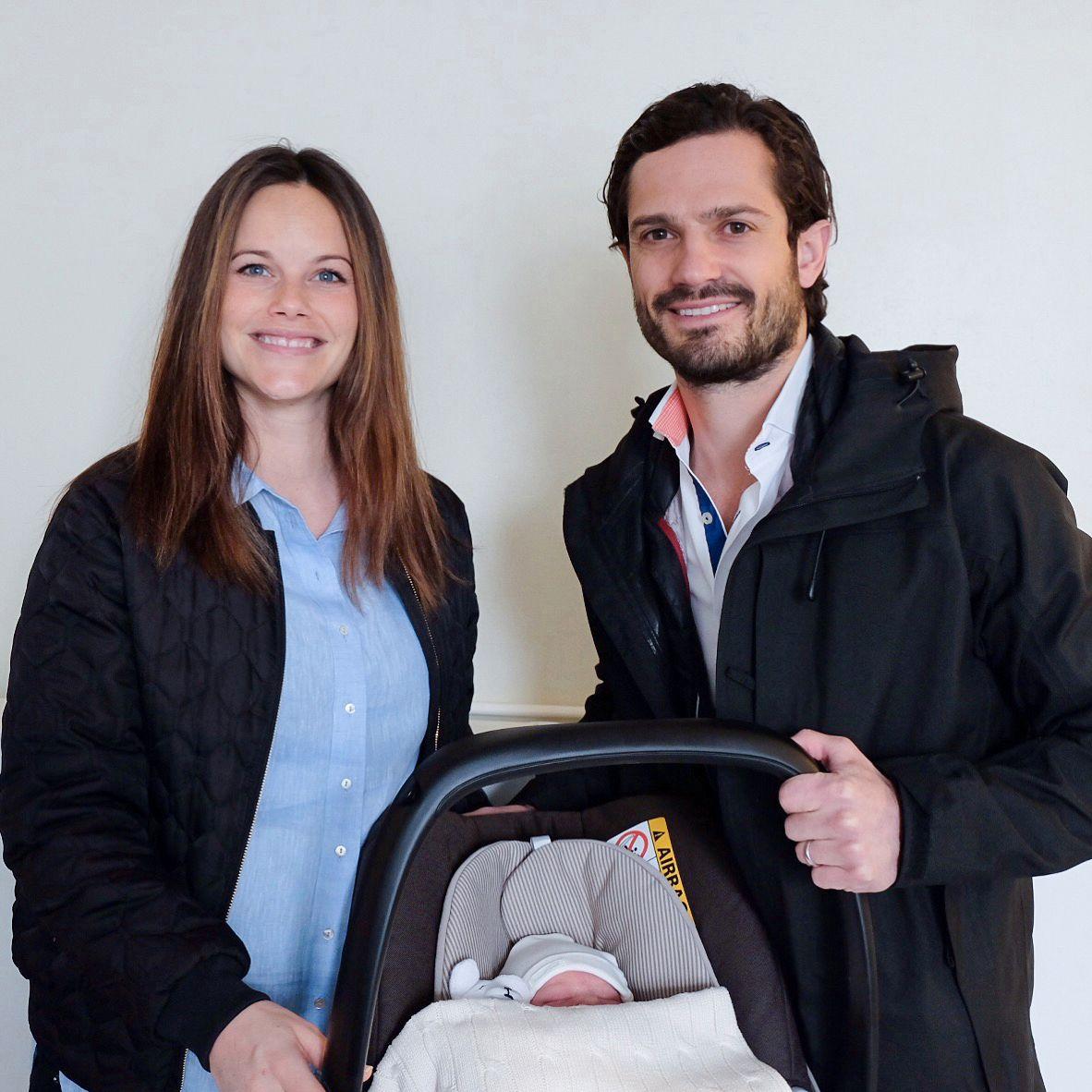 HER ER HAN: To stolte foreldre med sin nye prins.