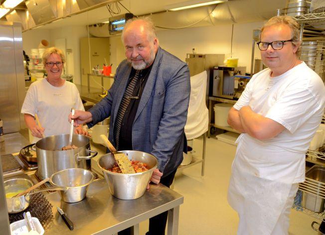 PÅ KJØKKENET: – Vi har og den beste maten mener ordfører Gunnar Lysholm, alt lages fra bunnen av kokk Roger Wuttudal og kjøkkensjef Elisabeth Egseth