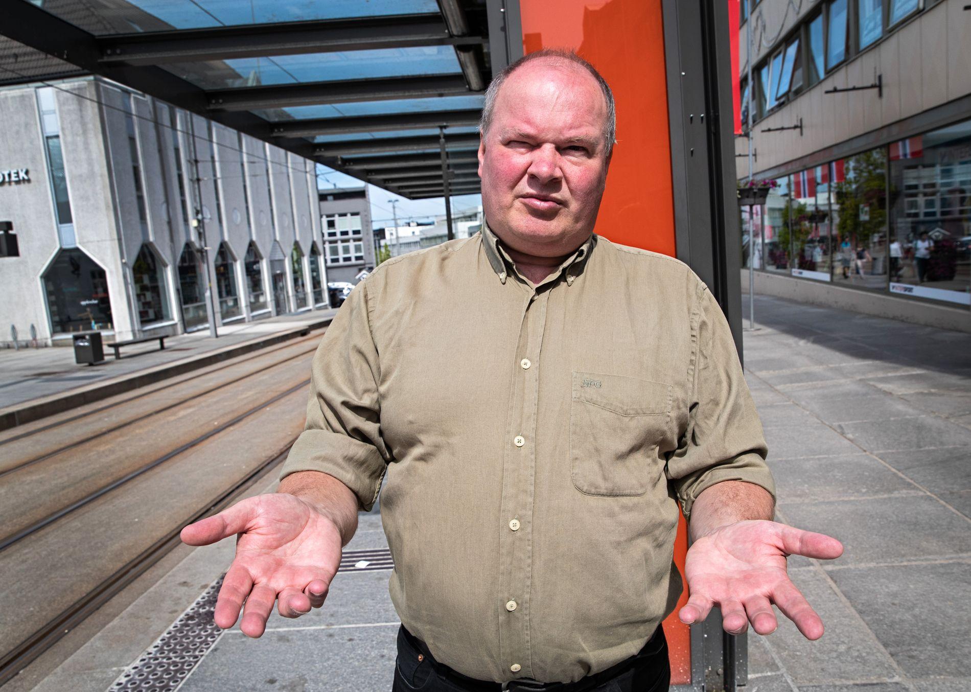 SLÅR TILBAKE: Trym Aafløy, leder i «Folkeaksjonen nei til bompenger» i Bergen. Her foran bybanen, som han ikke vil bygge ut til Åsane.