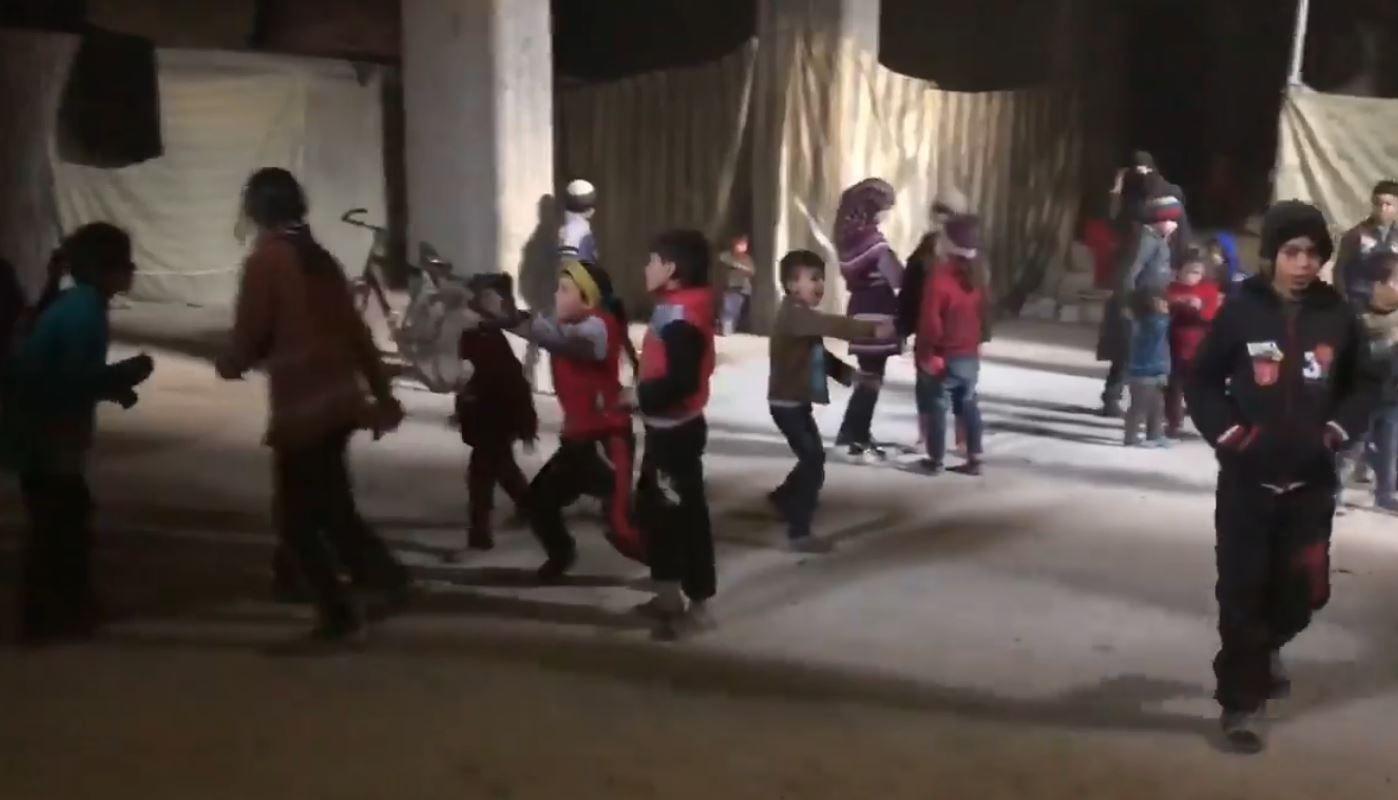 LEKER: Barna i videoklippet leker i nettverket av gjemmesteder under jorda i Øst-Ghouta.