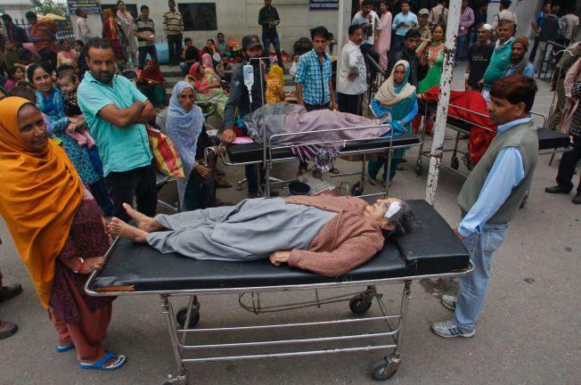 MÅTTE EVAKUERE: Pasientene på et sykehus i Jammu i India ble rullet ut under åpen himmel da jordskjelvet rammet området.